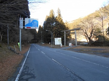 s_DSCN1498-県道28号線の蛇穴バス停の先の登山口(林道八溝線).JPG